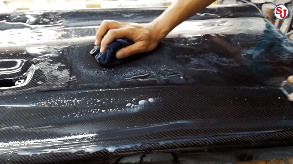 วิธีหุ้มผ้าคาร์บอนแท้ ขั้นที่ 13 ขัดน้ำ